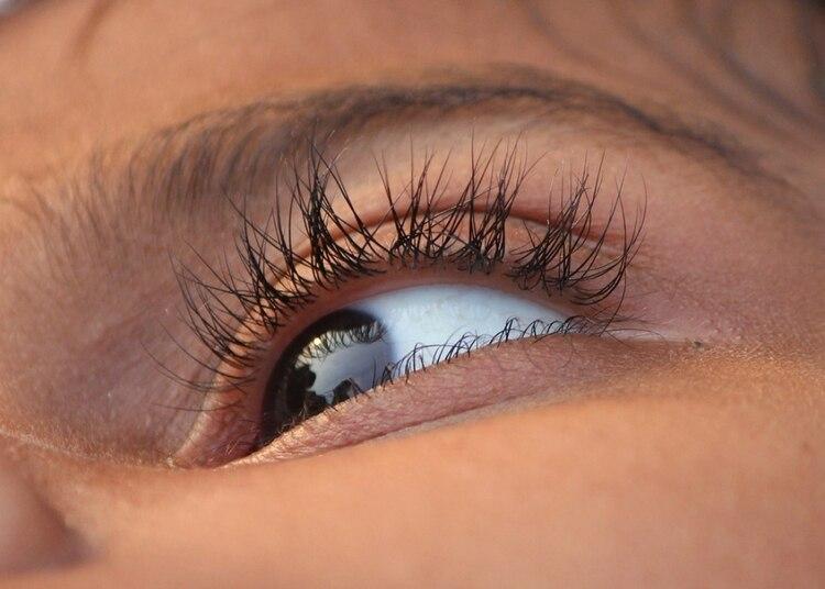 El tratamiento que recomiendan casi todos los expertos pasa por descansar adecuadamente, evitar las tensiones y el estrés así como los estimulantes o la cafeína, y favorecer el descanso ocular: alejarse de las pantallas, ya sea de ordenadores Foto: Pixabay
