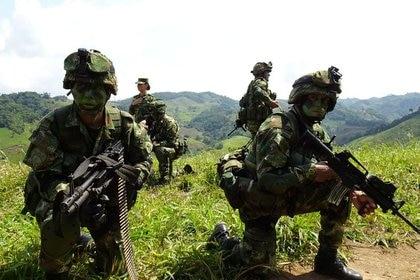 Foto de archivo. Soldados del Ejército Nacional de Colombia vigilan durante una operación de erradicación de plantas de coca en zona rural de Tarazá, departamento de Antioquia, Colombia, 10 de septiembre, 2019. REUTERS/Luis Jaime Acosta