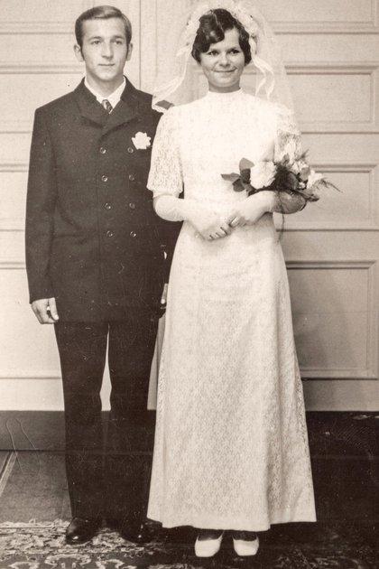 Serguei Skripal junto a su esposa Lyudmila, en 1972. (Archivo familia Skripal/New York Times)
