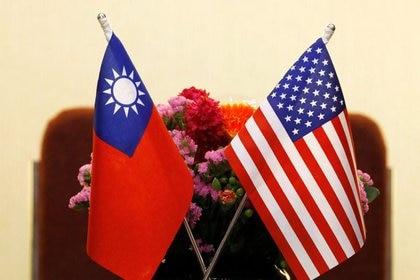 Se izan banderas taiwanesas y estadounidenses en una reunión entre el presidente del Comité de Asuntos Exteriores de la Cámara de Representantes de Estados Unidos, Ed Royce, y Tsai Xi-Xuan, líder del Legislativo Juan en Taipei, Taiwán.