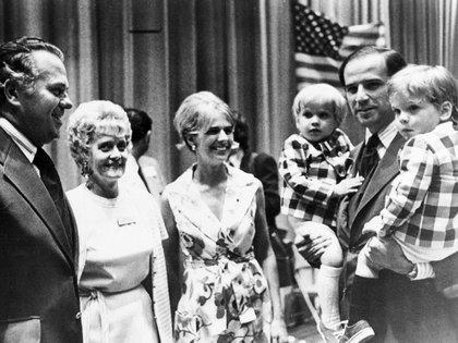 Biden y Neilia con el gobernador de Delaware, Sherman W. Tribbitt, pocos meses antes de que ella y la hija menor de la pareja murieran en un accidente de automóvil. (AP)
