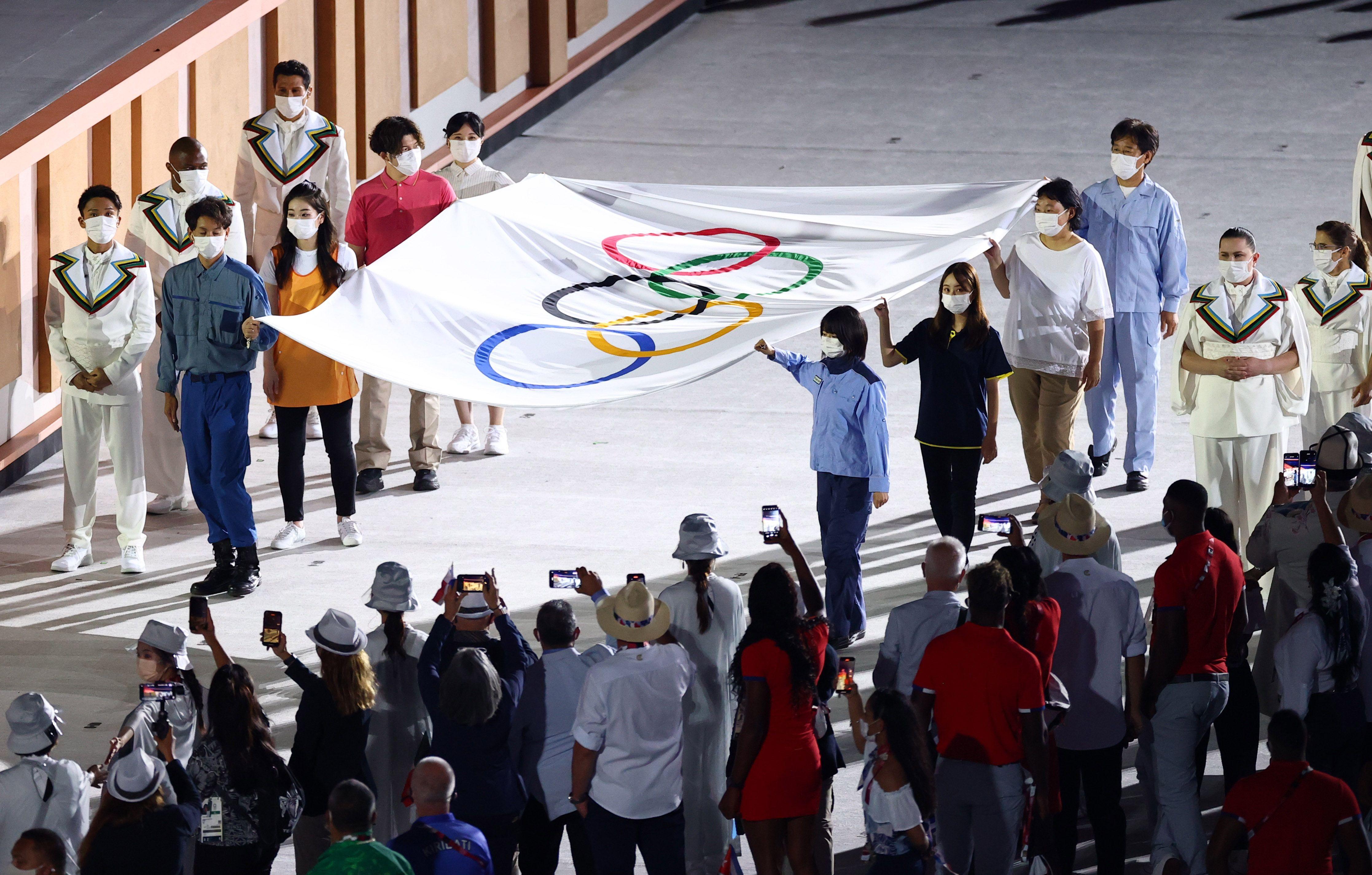 El momento en el que le cedieron la bandera a trabajadores de la salud (Foto: Reuters)