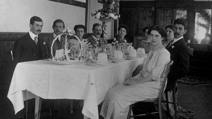 Sigmund Freud en una elegante cena junto a su familia, incluyendo a su hija Anna (la última a la derecha). Era un hombre de costumbres regulares: siempre almorzaba con su familia a la misma hora y cenaba solo por las noches (Library of Congress/Corbis/VCG vía Getty Images)