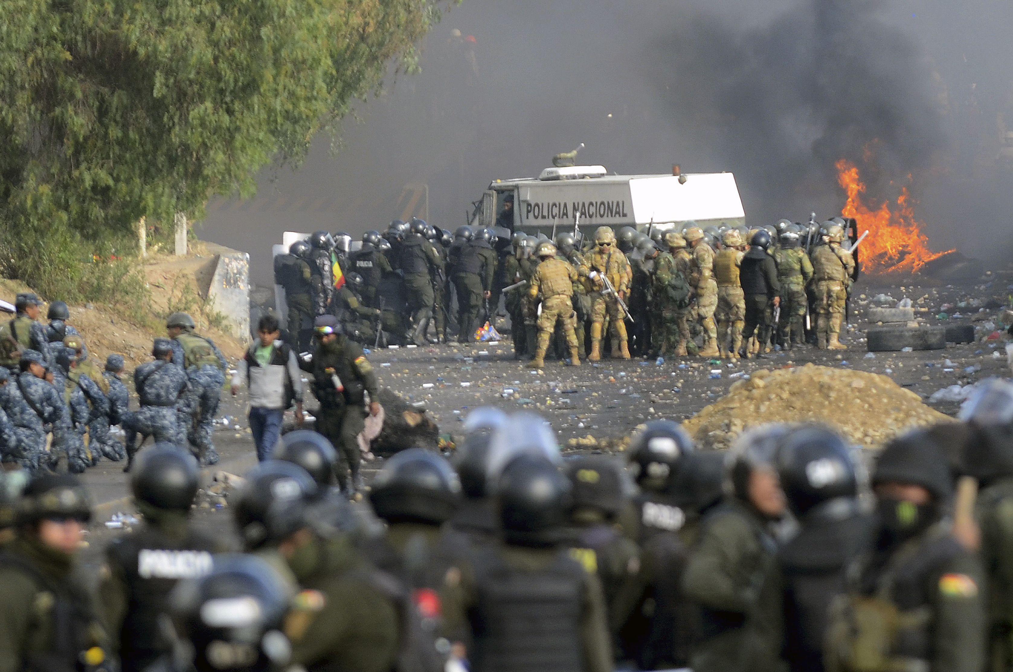 Enfrentamientos entre la policía y seguidores de Evo Morales en Cochabamba. (Photo by STR / AFP)