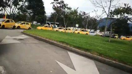 Taxistas en Bogotá se manifiestan contra la reforma tributaria de Duque con 'plan tortuga'
