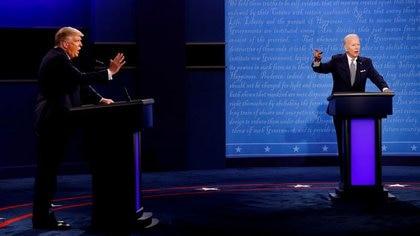 FOTO DE ARCHIVO: El presidente de Estados Unidos, Donald Trump, y el candidato presidencial demócrata Joe Biden en su primer debate de campaña presidencial de 2020 en Cleveland. Ohio, 29 sep 2020. REUTERS/Brian Snyder/File Photo
