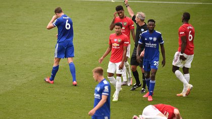 Soccer Football - Premier League - Leicester City v Manchester United - King Power Stadium, Leicester, Britain - July 26, 2020  Leicester City's Jonny Evans is shown a red card by referee Martin Atkinson after a foul on Manchester United's Scott McTominay, as play resumes behind closed doors following the outbreak of the coronavirus disease (COVID-19) Pool via REUTERS/Oli Scarff EDITORIAL USE ONLY. No use with unauthorized audio, video, data, fixture lists, club/league logos or 'live' services. Online in-match use limited to 75 images, no video emulation. No use in betting, games or single club/league/player publications.  Please contact your account representative for further details.