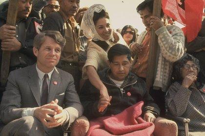 Bobby junto a Cesar Chavez, líder del movimiento pacifista de trabajadores campesinos, National Farm Workers Association en 1968