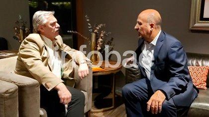 Alberto Fernández dialoga con uno de sus anfitriones mexicanos, Maximiliano Reyes Zúñiga, subsecretario de Asuntos Latinoamericanos, en un salón VIP del aeropuerto mexicano, instantes después de su llegada a Ciudad de México