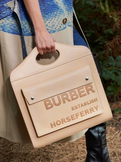 Las carteras de Burberry son un ícono que siempre están presente en cada pasarela (Reuters)
