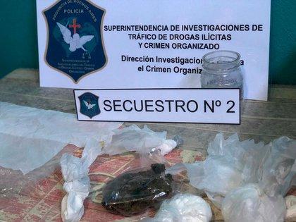 En los distintos operativos, la Policía secuestró 966 gramos de cocaína de máxima pureza, 476 gramos de marihuana y 892 gramos de sustancia de corte