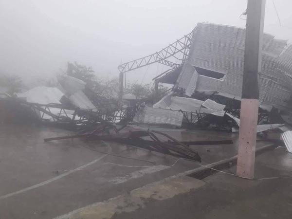 Un edificio destruido por el tifón enLaoag, Filipinas (Cruz Roja de Filipinas via REUTERS)