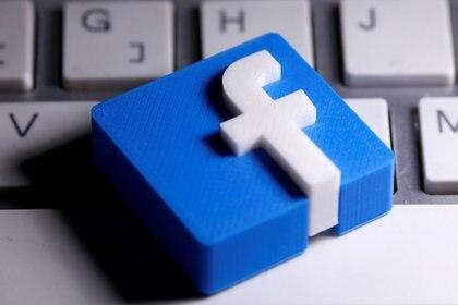 Facebook retira cientos de grupos de QAnon, cita riesgo a seguridad pública