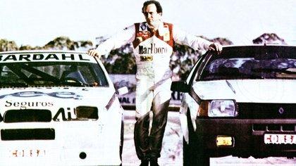 El Flaco Traverso con dos cupés Fuego, su auto de carrera y otro similar de calle (Archivo CORSA)