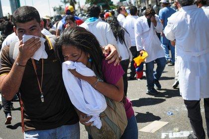 Médicos del Hospital Central de Maracay, del estado venezolano de Aragua, denunciaron el 5 de marzo que la policía les impidió marchar pacíficamente para reclamar mejores condiciones laborales y mejores salarios. En la imagen el registro de otra manifestación de médicos venezolanos dispersada con gases lacrimógenos en Caracas. EFE/Manaure Quintero/Archivo
