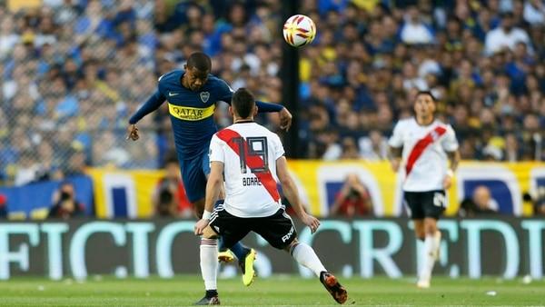 Borré y Barrios disputan una pelota durante la segunda mitad del partido