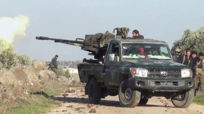 Soldados sirios disparan durante un ataque contra la ciudad de Kfar Nabl (Reuters TV/via REUTERS)