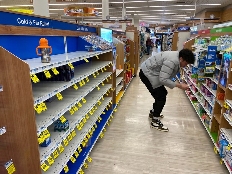 Un hombre en un supermercado en Brooklyn, Nueva York. REUTERS/Anna Driver