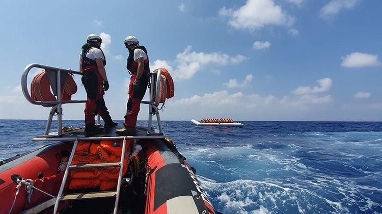 Los socorristas llegaron a las costas en botes de goma