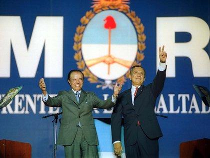 Elecciones 2003: La fórmula del Frente por la Lealtad. Carlos Menem y Juan Carlos Romero saludan durante el acto de cierre de campaña realizado en el estadio de River Plate