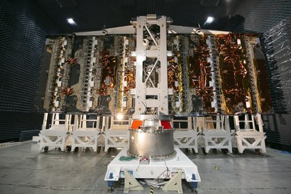 Fotografía cedida este miércoles por la Comisión Naconal de Actividades Espaciales (CONAE) de Argentina que muestra una fase de la elaboración del satélite Saocom 1B en abril de 2019, en la provincia de Córdoba (Argentina). EFE/Conae Argentina