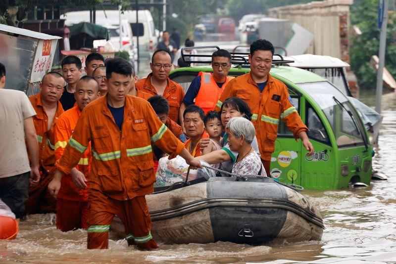 Rescatistas evacúan a residentes atrapados por las inundaciones en Zhengzhou, China. 23 julio 2021. REUTERS/Aly Song