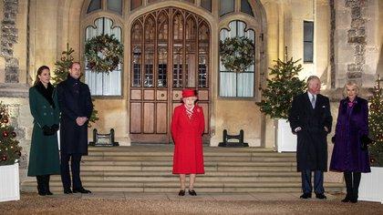 La reina Isabel de Inglaterra, el príncipe William y Kate Middleton, la duquesa de Cambridge, Carlos, el príncipe de Gales y Camilla, duquesa de Cornualles posan para una foto en el castillo de Windsor, el 8 de diciembre de 2020