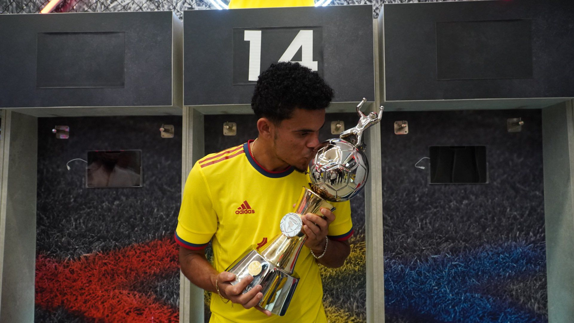 Luis Díaz recibe el trofeo como goleados de la Copa América Brasil 2021