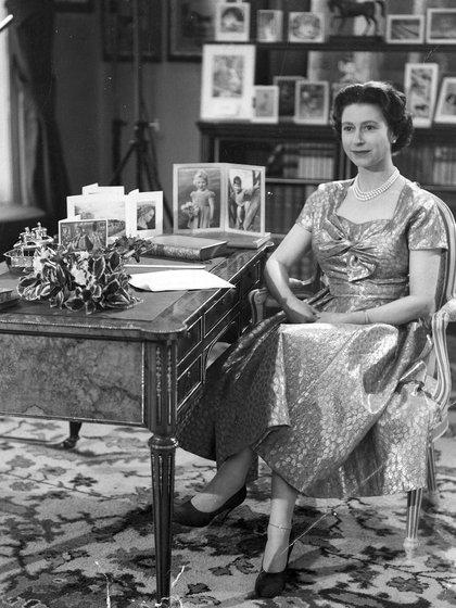 La reina Isabel II fotografiada después de su mensaje del día de Navidad a la nación transmitido por televisión y radio en 1957