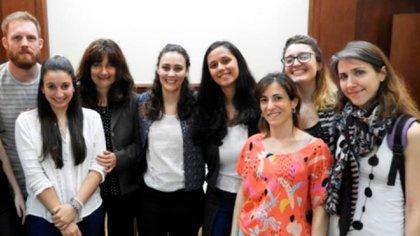 La dra. De Siervi (tercera desde la izquierda) junto a su equipo