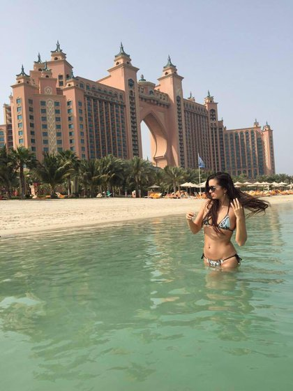 Carolyn Adams frente al hotel Atlantis en Dubai (Foto: Facebook)