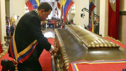 Hugo Chávez exhumó los restos de Simón Bolívar