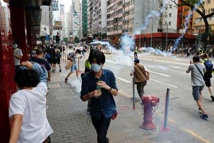 La policía reprimió a los manifestantes con gases lacrimógenos (REUTERS/Tyrone Siu)
