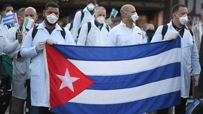 La llegada a Italia de un contingente de médicos cubanos durante la emergencia coronavirus (REUTERS/Daniele Mascolo)