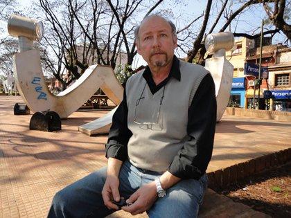 Mario Calderón en la plaza de Victoria. En 2011, tras trece años de lucha el hombre logró cobrar la herencia de Reggiardo. Hoy es uno de los grandes terratenientes de la zona (Crédito: revista Análisis de Paraná)