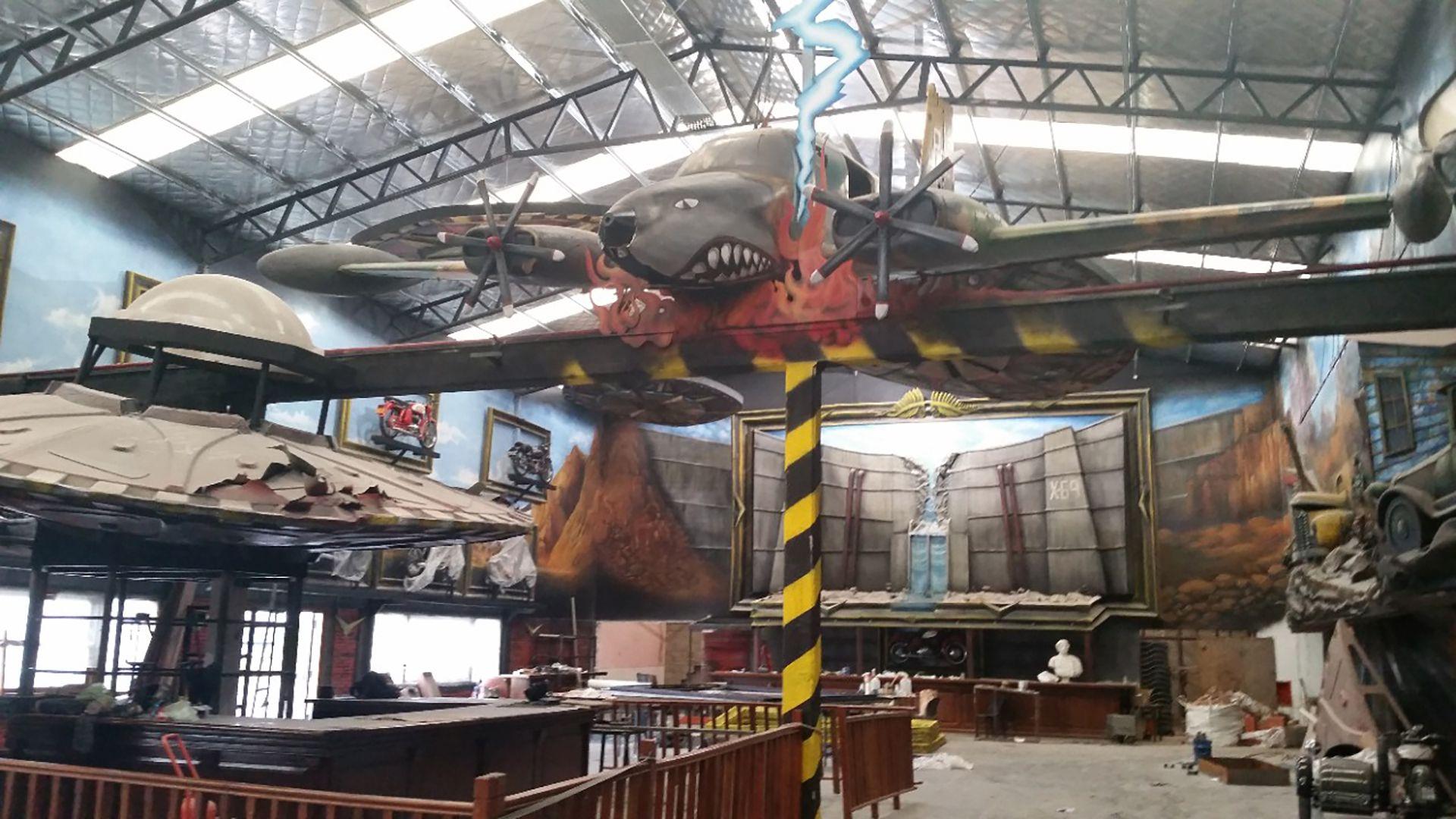 En los murales 3D del boliche Parada 13, Lavista Llanos colgó un avión en uno de sus laterales