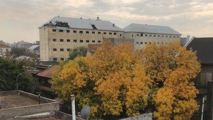 """Los detenidos en los techos. Removieron las chapas y desplegaron una bandera: """"Covid-19 en la cárcel. Jueces genocidas. El silencio no es mi idioma"""", dice su consigna."""