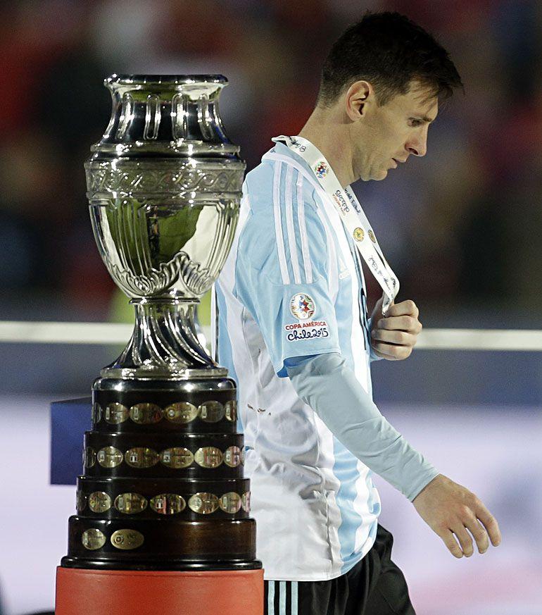 Lionel Messi anunció su adiós de la Selección tras perder la final de la Copa América de 2016 ante Chile. A las pocas semanas cambió su parecer y estuvo presente en las Eliminatorias rumbo a Rusia 2018 (AP)