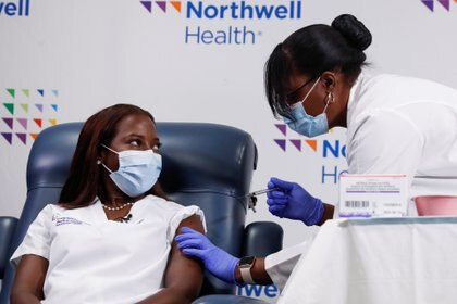 Andrew Cuomo instó a los hospitales de Nueva York a agilizar el proceso de vacunación (REUTERS/Shannon Stapleton)