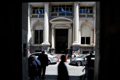 Personas caminan frente al Banco Central de la República Argentina en Buenos Aires (Argentina). EFE/ Juan Ignacio Roncoroni/Archivo