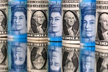 Imagen de archivo de una ilustración con billetes de dólares y libras esterlinas, Enero 6, 2020. REUTERS/Dado Ruvic/Ilustración