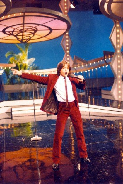 """""""Siempre en Domingo"""" fue uno de los programas de televisión que Luismi asistió. Un look que marcó elegancia:un traje de corderoy rojo con camisa blanca y corbata slim completando con zapatos negros en punta."""