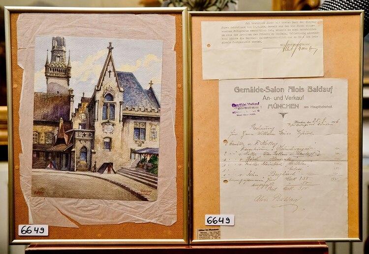 """""""Standesamt und Altes Rathaus Muenchen"""" (El antiguo ayuntamiento de Múnich) y documentos que Weidler usó para afirmar que la acuarela fue hecha por Hitler antes de la venta en 2014 (foto: AFP)"""
