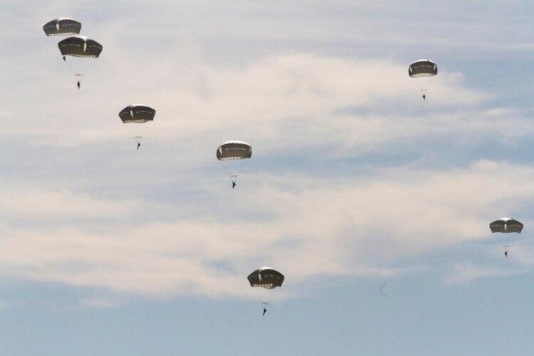 Paracaidistas de la 82da División Aerotransportada hacen su descenso en Sicilia para completar su salto, realizado con fuerzas alemanas y los jumpmasters chilenos en Fort Bragg, Carolina del Norte, el 3 de diciembre de 2019 durante el evento