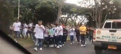 El evento de improvisación de rap fue dispersado por la policía, y en medio de la intervención resultaron heridos tres jóvenes por arma traumática. Foto: Tomado del Twitter @mtenorio57