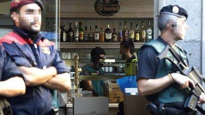 La Policía inspecciona un bar en Barcelona (Público)