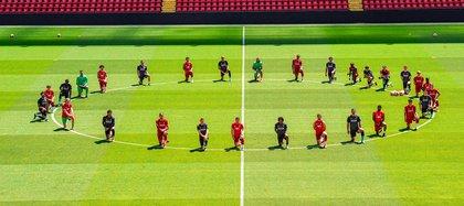 Los jugadores del Liverpool en el estadio de Anfield fijaron su postura en contra del racismo