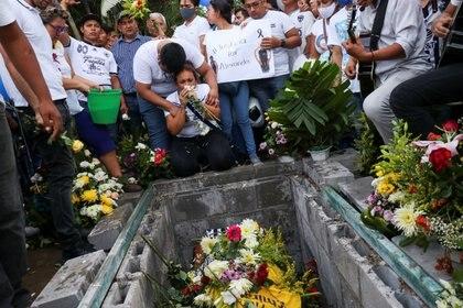 La madre de Alexander Gomez durante el funeral de su hijo (Foto: REUTERS/Stringer)