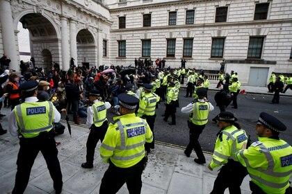 Un gran cordón policial intenta frenar el avance de los manfiestantes en Whitehall (REUTERS/Peter Nicholls)