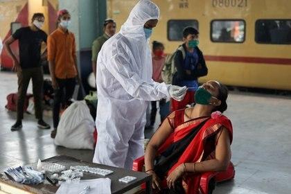 Los testeos no se deben detener. Los epidemiólogos insisten en que se deben reforzar - REUTERS/Francis Mascarenhas
